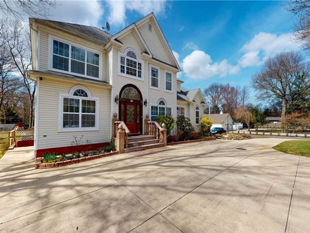 5 BR,  5.00 BTH Colonial style home in Centereach