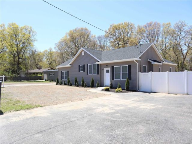 5 BR,  4.00 BTH  Exp ranch style home in Shirley