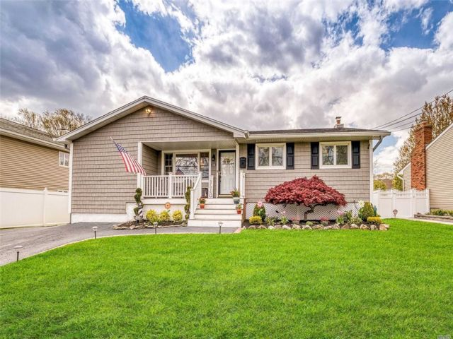 4 BR,  4.00 BTH  Ranch style home in West Islip