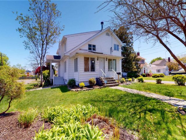 4 BR,  3.00 BTH  Colonial style home in Copiague