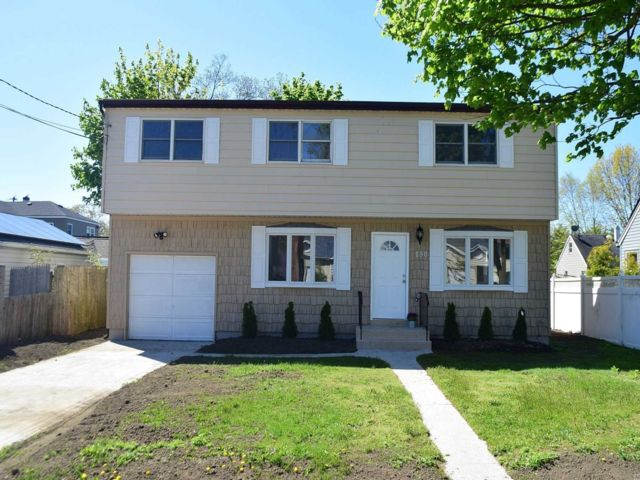 5 BR,  2.00 BTH  Colonial style home in Copiague