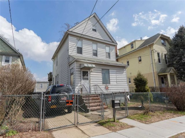 4 BR,  3.00 BTH Colonial style home in College Point