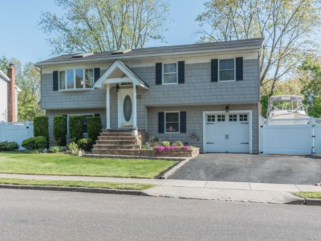 4 BR,  3.00 BTH Hi ranch style home in Islip