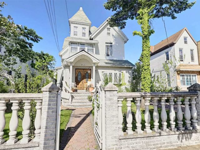 8 BR,  4.00 BTH  Victorian style home in Richmond Hill