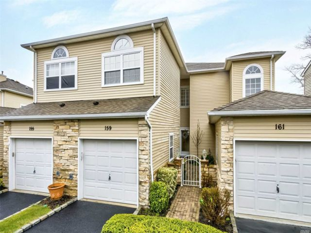 2 BR,  3.00 BTH Other style home in Hauppauge