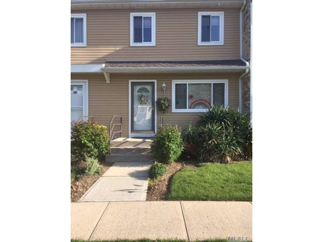 3 BR,  2.00 BTH  Townhouse style home in Massapequa Park