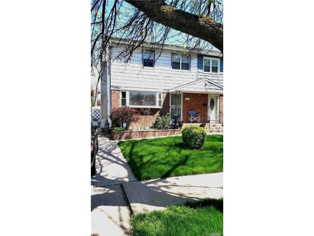 3 BR,  3.00 BTH Colonial style home in Rosedale