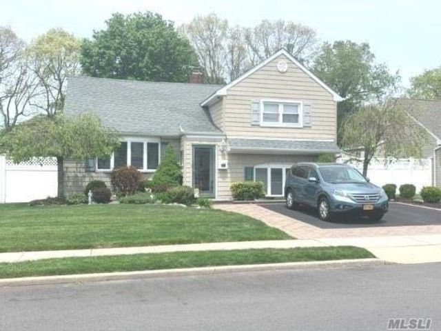 3 BR,  2.00 BTH  Split level style home in Massapequa
