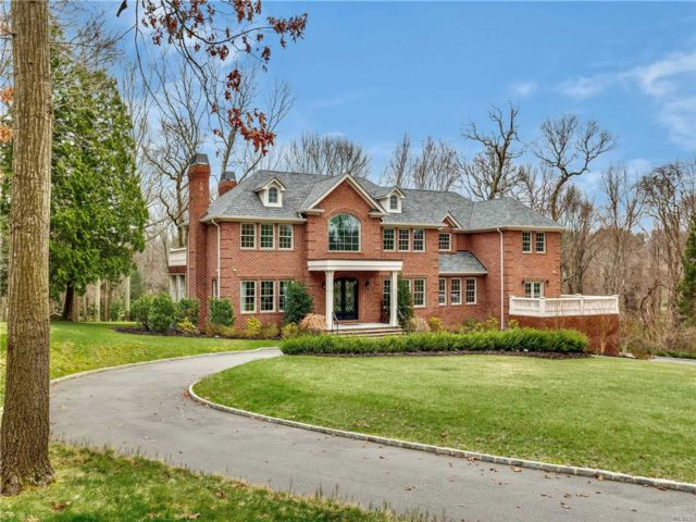 6 BR,  7.00 BTH Colonial style home in Upper Brookville