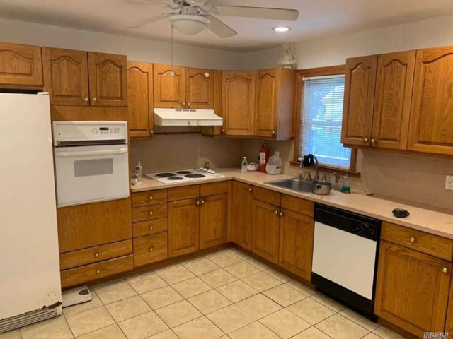 4 BR,  3.00 BTH Ranch style home in Hicksville