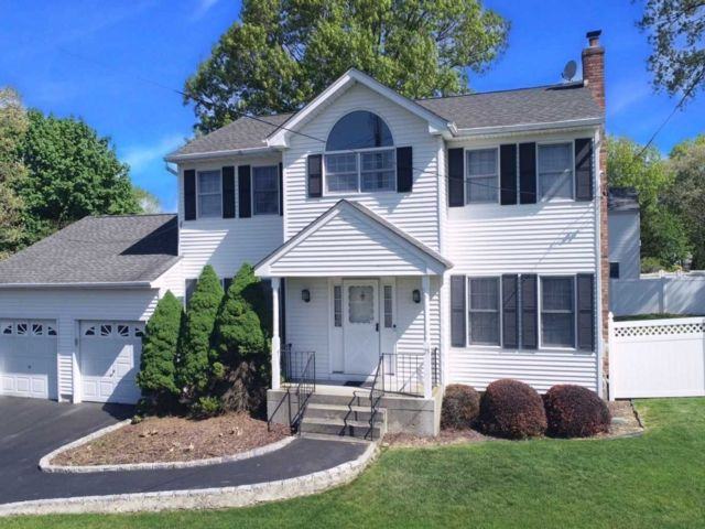 3 BR,  3.00 BTH  Colonial style home in Selden
