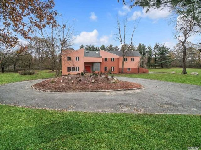 6 BR,  6.00 BTH  Contemporary style home in Old Westbury