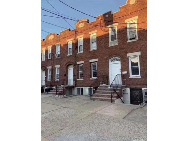 6 BR,  4.00 BTH  Colonial style home in Flushing