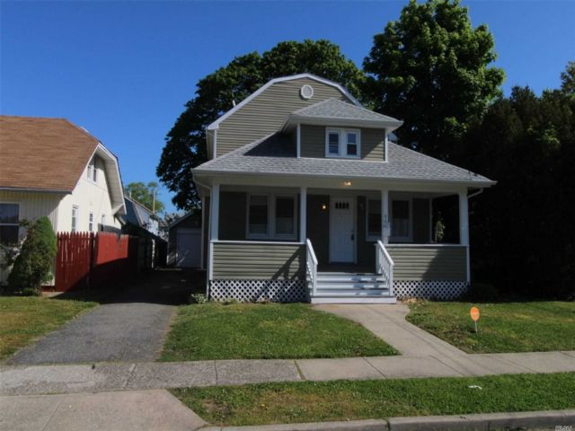 5 BR,  3.00 BTH Colonial style home in Roosevelt