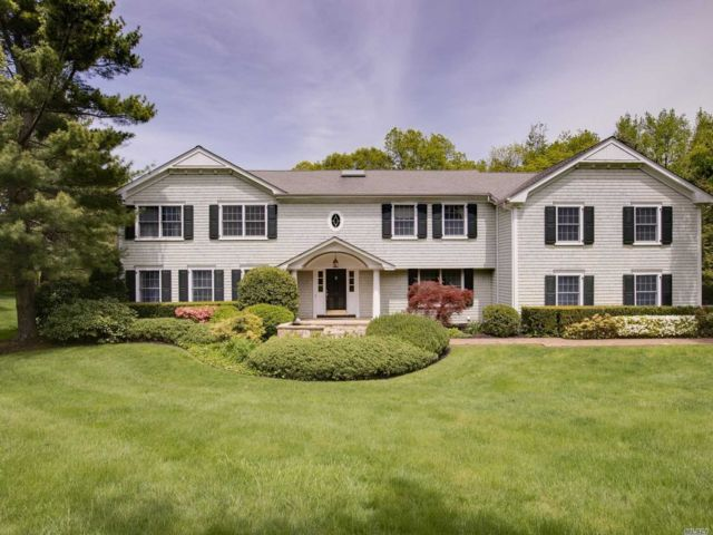 6 BR,  5.00 BTH Colonial style home in Laurel Hollow