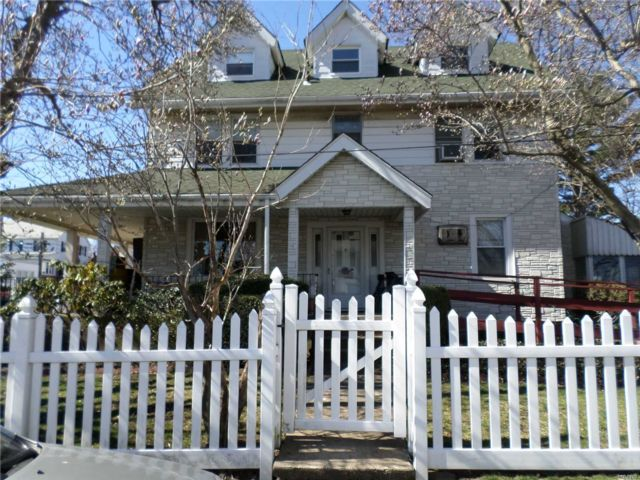 4 BR,  2.00 BTH Colonial style home in Whitestone