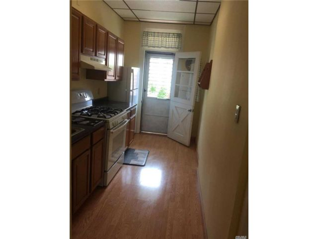 3 BR,  2.00 BTH Apt in house style home in Ridgewood