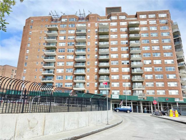 2 BR,  2.00 BTH  High rise style home in Briarwood