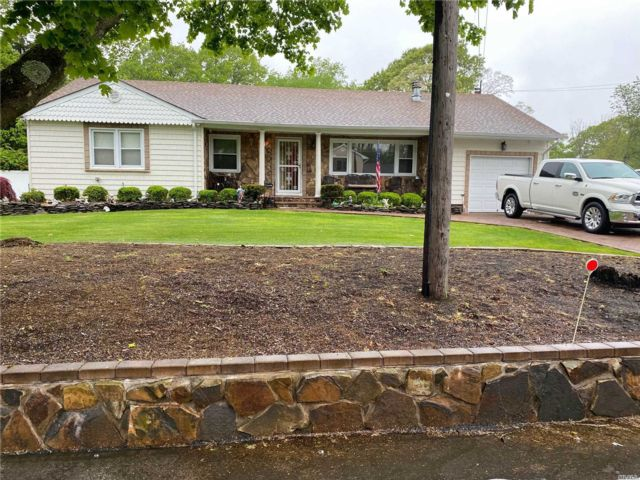 3 BR,  3.00 BTH  Ranch style home in Selden