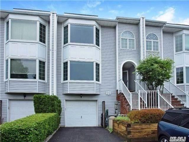 2 BR,  2.00 BTH Townhouse style home in Douglaston