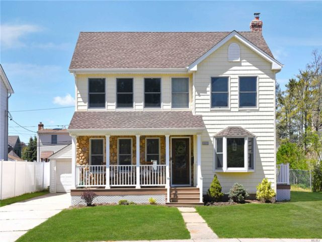 5 BR,  2.00 BTH Colonial style home in Wantagh