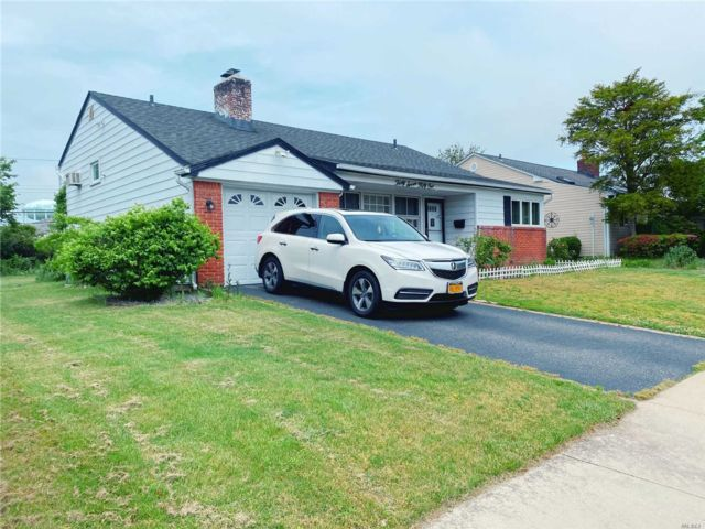 3 BR,  2.00 BTH Split ranch style home in Bethpage