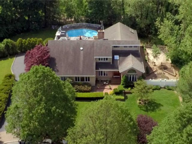 7 BR,  5.00 BTH  Contemporary style home in Dix Hills