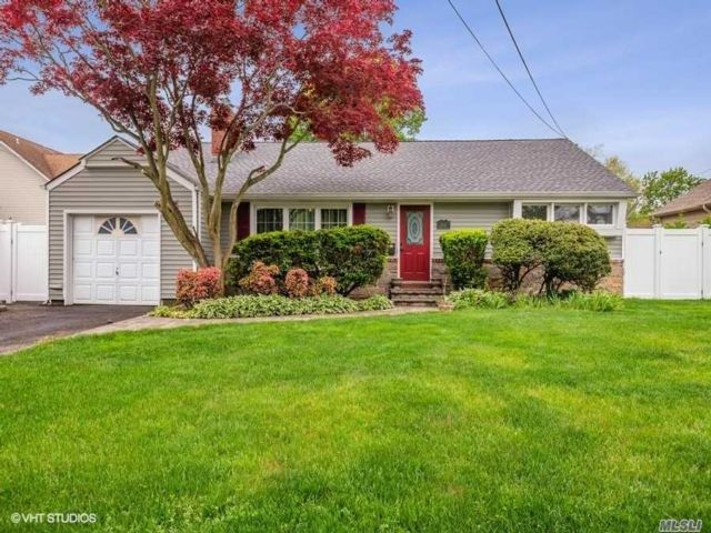 3 BR,  3.00 BTH  Exp ranch style home in Wantagh