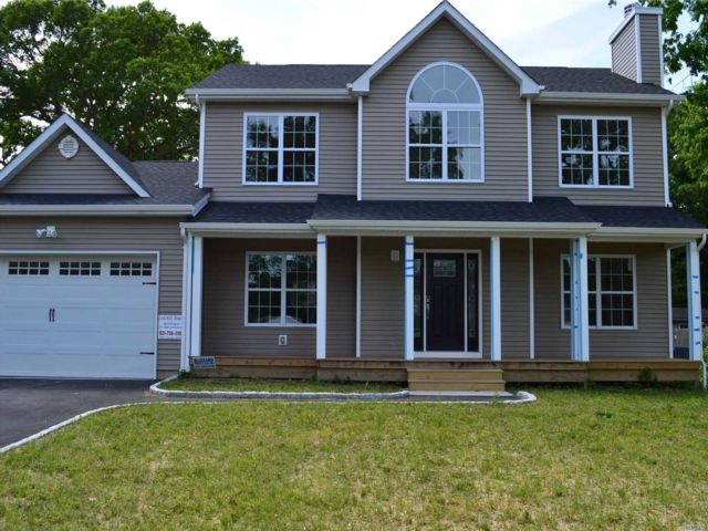 4 BR,  3.00 BTH Colonial style home in Farmingville