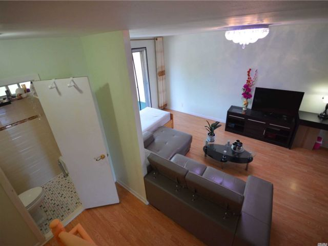 6 BR,  4.00 BTH Colonial style home in Woodside