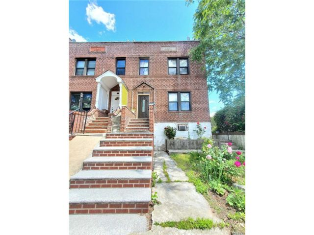 5 BR,  3.00 BTH  2 story style home in Woodside
