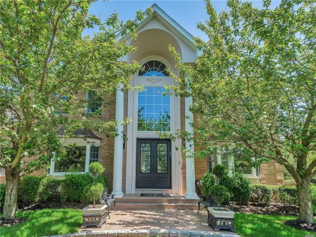 6 BR,  5.00 BTH Colonial style home in Old Westbury