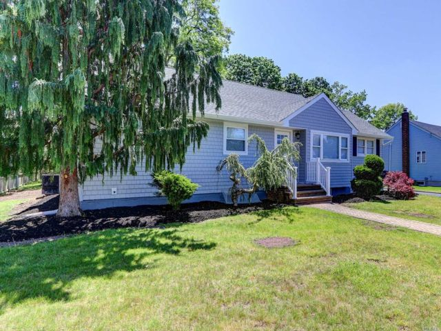 4 BR,  2.00 BTH  Ranch style home in West Islip