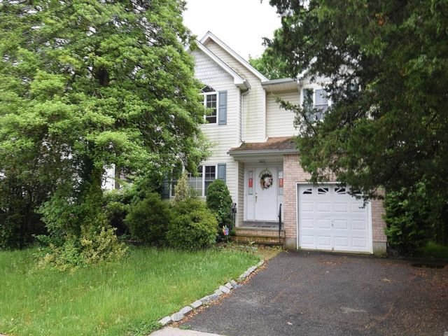4 BR,  4.00 BTH  Colonial style home in Syosset