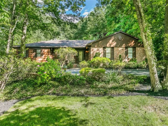 4 BR,  5.00 BTH Farm ranch style home in Dix Hills