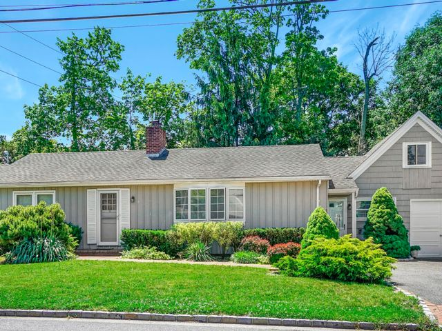4 BR,  2.00 BTH  Ranch style home in Syosset