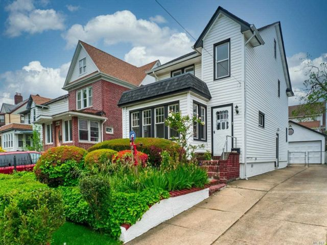 3 BR,  2.00 BTH 2 story style home in Jamaica Hills
