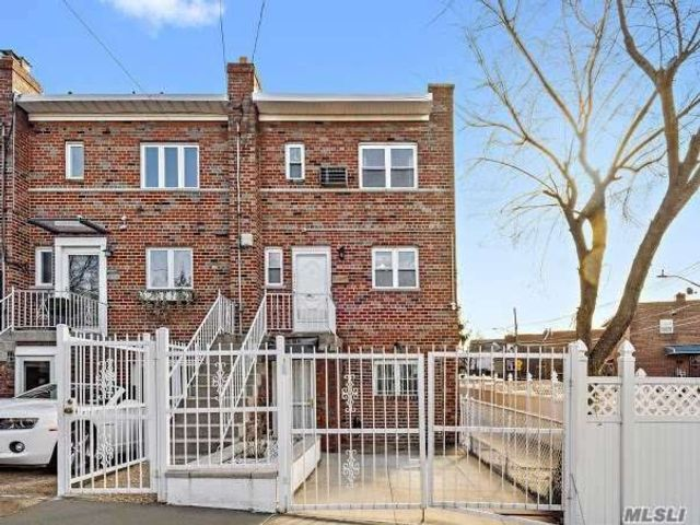 3 BR,  2.00 BTH Colonial style home in Morris Park