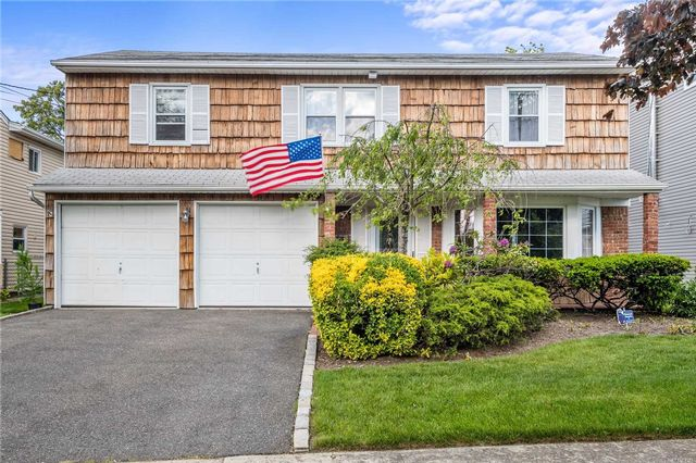 3 BR,  3.00 BTH Splanch style home in Baldwin Harbor