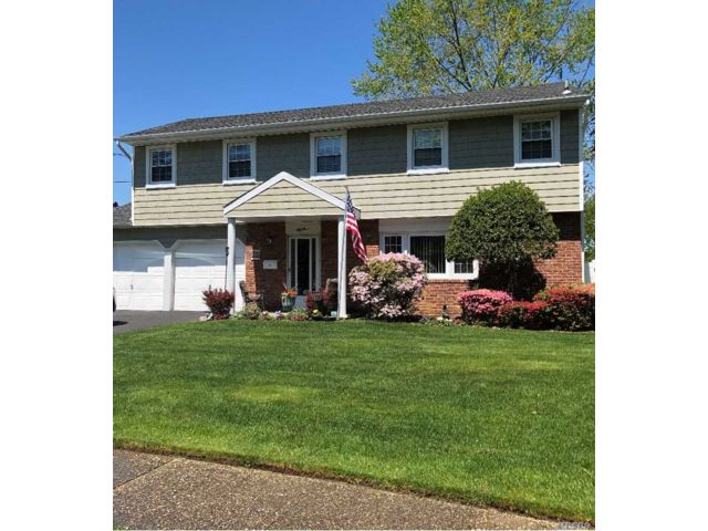 4 BR,  3.00 BTH Colonial style home in Deer Park