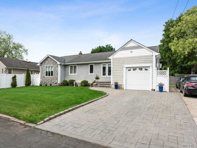 4 BR,  1.00 BTH Exp ranch style home in North Babylon
