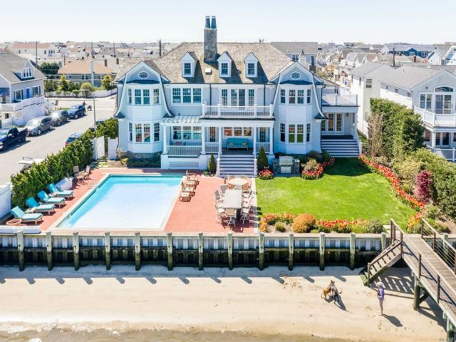 5 BR,  7.00 BTH  Nantucket style home in Long Beach