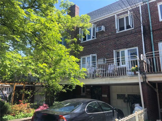 5 BR,  3.00 BTH Other style home in Middle Village
