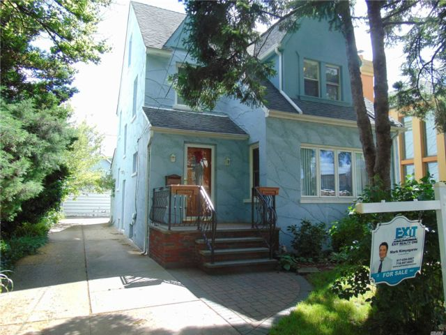 5 BR,  3.00 BTH Colonial style home in Rego Park