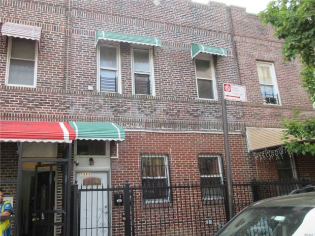6 BR,  3.00 BTH  2 story style home in Soundview