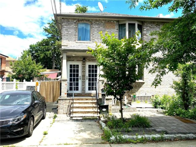 5 BR,  4.00 BTH Colonial style home in Flushing