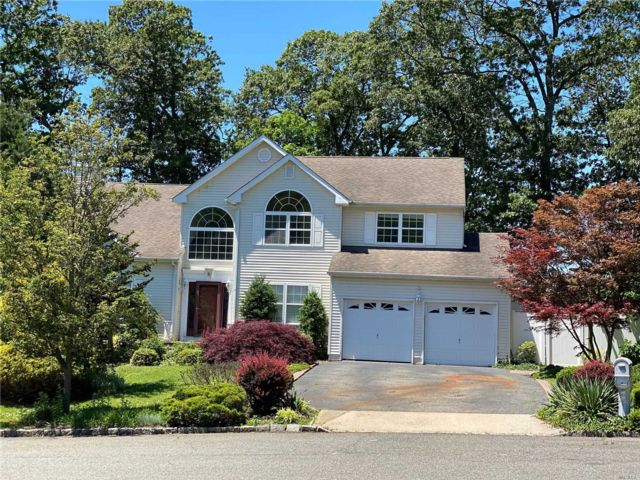 5 BR,  5.00 BTH Colonial style home in Lake Grove