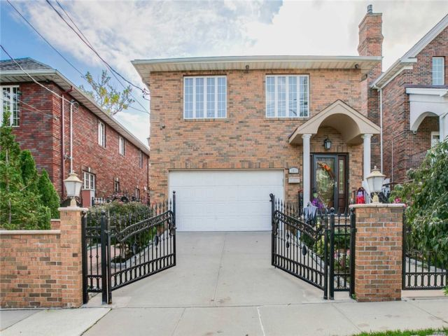 4 BR,  5.00 BTH Contemporary style home in Beechhurst