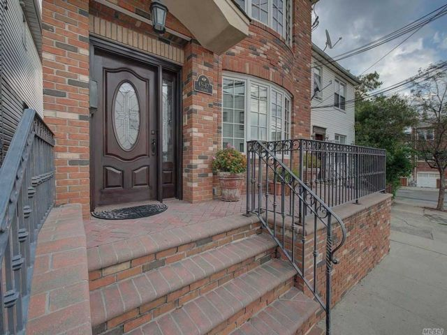3 BR,  4.00 BTH 2 story style home in Astoria