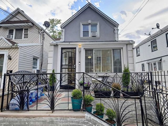 3 BR,  3.00 BTH Colonial style home in Ozone Park